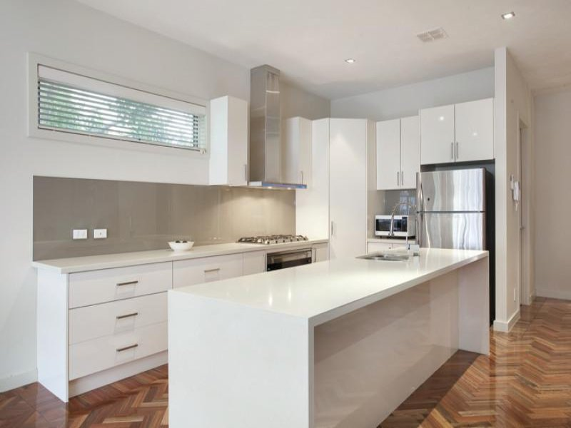 modern-island-kitchen-design-using-laminate_48359